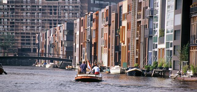 West 8 Urban Design & Landscape Architecture / projects / Borneo-Sporenburg  -Each flat has direct access to canal, through small platforms -Is there a way to allow access to flats above through a staircase?