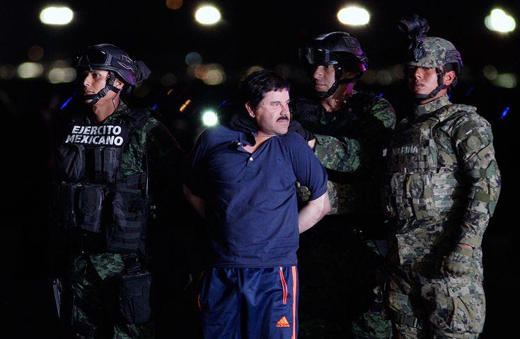 El señor de la droga Joaquín Guzmán Loera, 'El Chapo', esposado tras ser detenido, es mostrado a la prensa en un hangar federal de Ciudad de México, capturado tras una espectacular fuga de una cárcel de máxima seguridad, el 8 de enero de 2016.