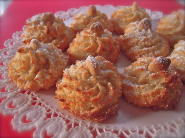 I pasticcini di pasta di mandorle sono dei dolci tipici siciliani a base di pasta di mandorle... sono dei dolcetti eccellenti, croccanti fuori e morbidi ...