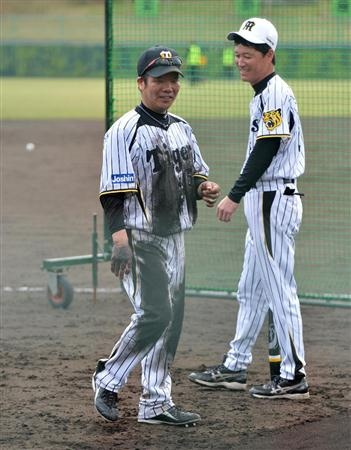 阪神・和田豊監督のノックを受けた藤井彰人(左)=宜野座村営球場(撮影・白鳥恵)