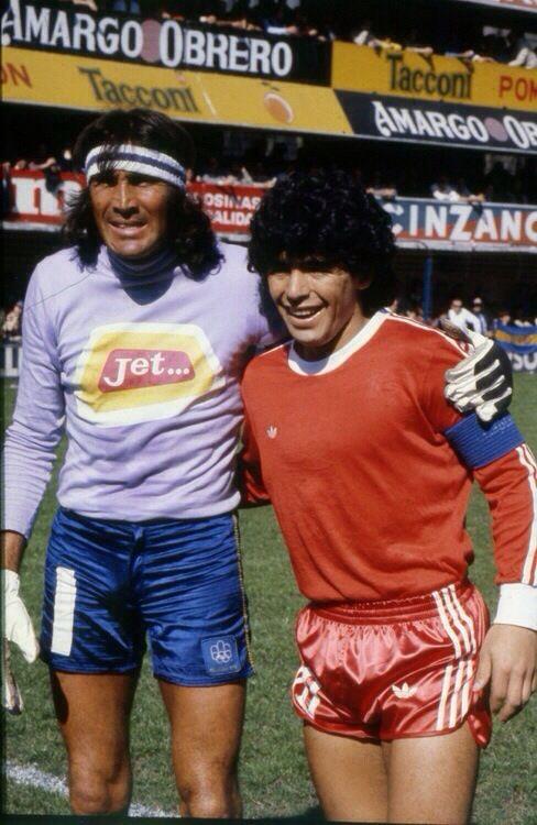 """En 1980 el periodista Oscar Bergesio entrevistó a Hugo Gatti para el diario """"El Litoral"""". El arquero de Boca anticipó que Diego Maradona no podría marcarle ningún gol porque """"Es muy buen jugador, el mejor del momento, a quien se está inflando de manera increíble. Me preocupa su físico. Tengo la sensación de que en pocos años más no va a lograr contener su tendencia a ser un gordito…"""" El partido terminó 5-3 para Argentinos Juniors. Con cuatro goles de Maradona."""