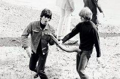 Hola amigos y amigas de T!: comparto con ustedes unas fotos poco vistas de una de las bandas de rock más influyentes de la historia, The Rolling Stones. Aquí veremos imágenes de un par de visitas a los Estados Unidos en 1965 y 66, de las que formaba...