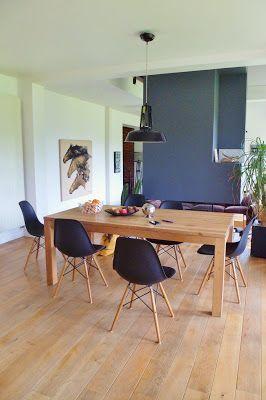 Une salle à manger au look industriel : table bois, chaises noires, cheminée grise
