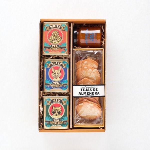 TÉS El pack incluye: Mermelada de piña y pomelo Té blanco piña colada Té negro earl grey Té rojo con frutas del bosque Tejas de almendra Caja regalo  http://www.petramora.com/2650/Tes.html