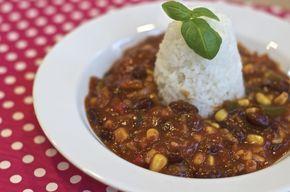 Het vegetarische gehakt geeft deze chili de bekende bite. Dit is een ideaal gerecht om vleeseters voor te schotelen, wedden dat ze niet eens doorhebben dat het plantaardig gehakt is?