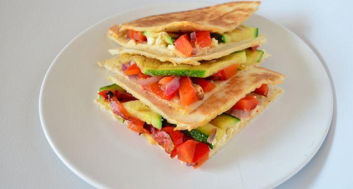 Lekker campingrecept voor gezonde quesadillas met geroosterde groentes en feta.