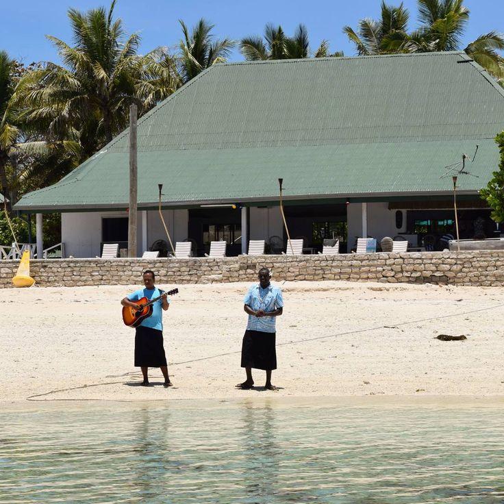 Welcome Fiji song when we arrived in one of the Islands. I love it! Thank you Fiji for one of my best trips! . Cada vez que a gente chegava em uma ilha éramos recebidos com uma música. E na hora de ir embora também: eles nos acompanhavam até o barco cantando na língua deles uma música desejando paz no retorno para casa. Lindo, gente! .  #nomadiccarol #nomadic #nomad #fiji