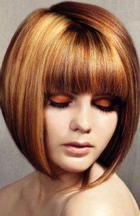Креативный вечерний образ для брюнеток состоит из стрижки каре для тонких волос с оригинальной треугольной челкой, стрелками для карих глаз и помады яркого красного цвета