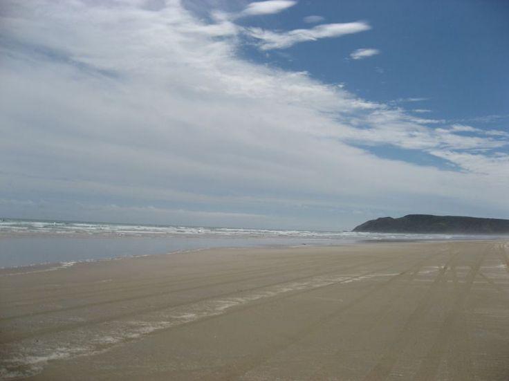 Arena, mar y cielo azul.