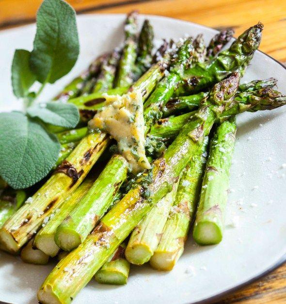 Grilled asparagus with lemon and herb butter, Grillattu parsa sitruuna-lipstikkavoin kanssa, resepti – Ruoka.fi