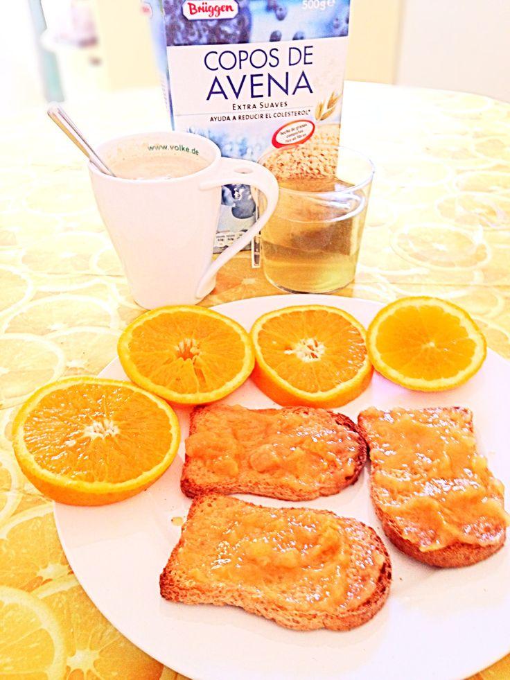 Desayuno: tostadas integrales sin azúcar ni sal añadida con mermelada light de melocotón acompañado de un té verde y un café con leche de soja con copos de avena