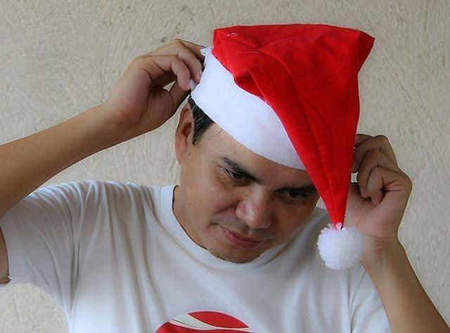 Manualidad - Sombrero de Papá Noel casero. Hacer tu propio sombrero de Papá Noel es fácil y va a ser de mucha mejor calidad que los vendidos en las tiendas. Este artículo proporciona un método posible para hacer un sombrero de Papá Noel....