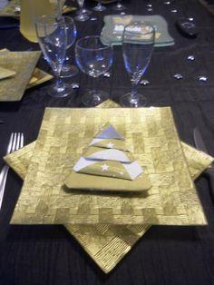 Une idée de pliage de serviette d'actualité qui est facile à faire et fait son effet dans les assiettes. Moi j'ai utilisé des serviettes en papier doré avec des étoiles blanches. Allez en action les petites mimines... Ffaites vos pliages à l'avance, vous...