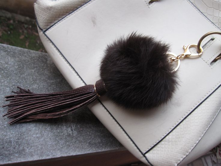 Pompom Keychain fur ball bag charms with long leather tassel clasp, handbag charm, tassel key chian de funnydays en Etsy https://www.etsy.com/es/listing/264415549/pompom-keychain-fur-ball-bag-charms-with