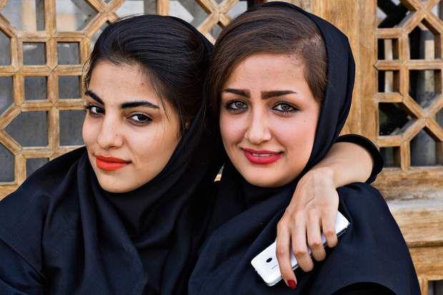 La jeune iranienne en total lookMême si elles portent le noir de rigueur, elles affichent la panoplie de l'Ispahanaise moderne : maquillage, téléphone et foulard légèrement repoussé en arrière.