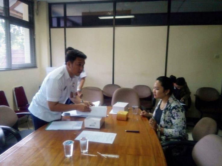 Unit Pelayanan Pajak Daerah Tebet Mendistribusikan Alat e-POS Pajak Online Kepada Wajib Pajak   Petugas UPPD Tebet menyerahkan alat unit e-POS kepada salah satu wajib pajak