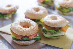 I bagel farciti sono dei gustosi e morbidi panini di origine anglossasone qui proposti con tre diversi sfiziosi ripieni.