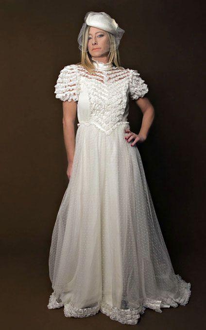 1970s wedding style. Cotton plumetis wedding gown, short ballon-sleeves, V-shaped lace flounces on the bodice. Photo Vintachic