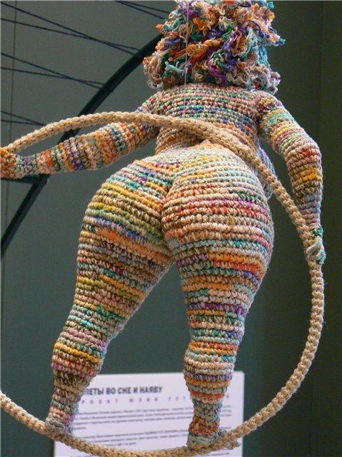 De Julia Ustinova  Visto aquí: http://crochetknitunlimited.blogspot.com.es/2012/02/crazy-crochet-flying-fatties.html