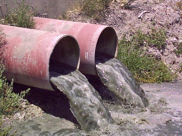 Eso se trata de la contaminación ambiental pero da enfoco al contaminación de las aguas. Se dice que afeca mas que los casas, incluyendo los enfermos y las empresas también.