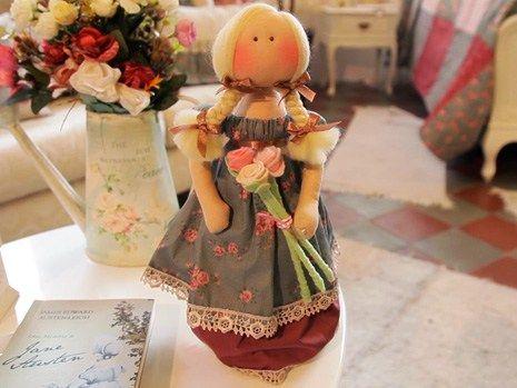 Millyta Vergaramostra todos os detalhes para fazer a charmosa boneca Flora.  Detalhes Best free WordPress theme