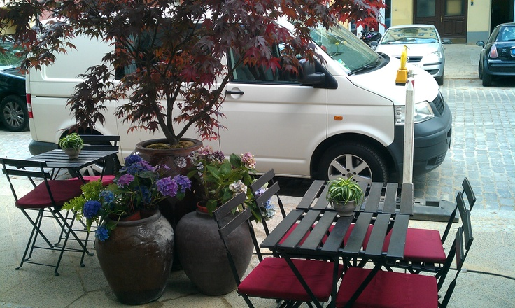 sitting outside, small but fine furniture next to the big vases i like