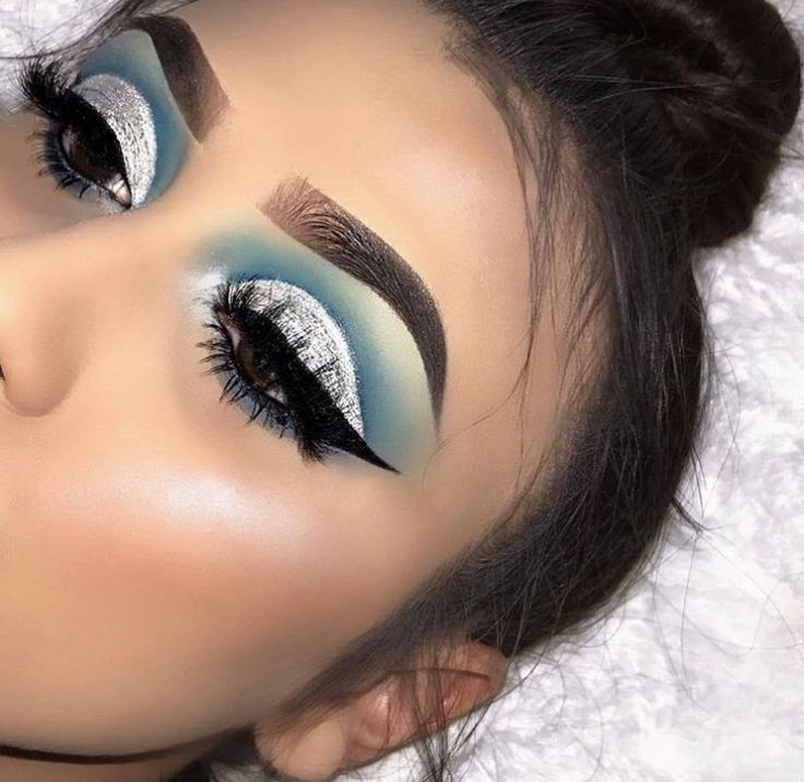 Blue and silver cut crease Eyeshadow look