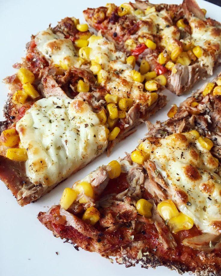 Daaaa ist sie!  Ich könnte jeden Tag #Pizza essen  Da das nicht so optimal wäre habe ich bereits schon viele Rezepte für gesunde Pizza ausprobiert und muss sagen.. Diese Pizza mit Dinkel-Vollkorn Boden ist bis jetzt die BESTE die ich gemacht habe  #Eigenlobstinkt  #socrispy #lowfat  Würde mir am liebsten gleich noch eine backen  Das #Rezept stammt aus dem #3Phasenprogramm von @fitmitpascal  Ich schreibe es euch in die Kommis  Nährwerte: 600 kcals 53g Carbs 11g Fat 67g Protein  #healthy…
