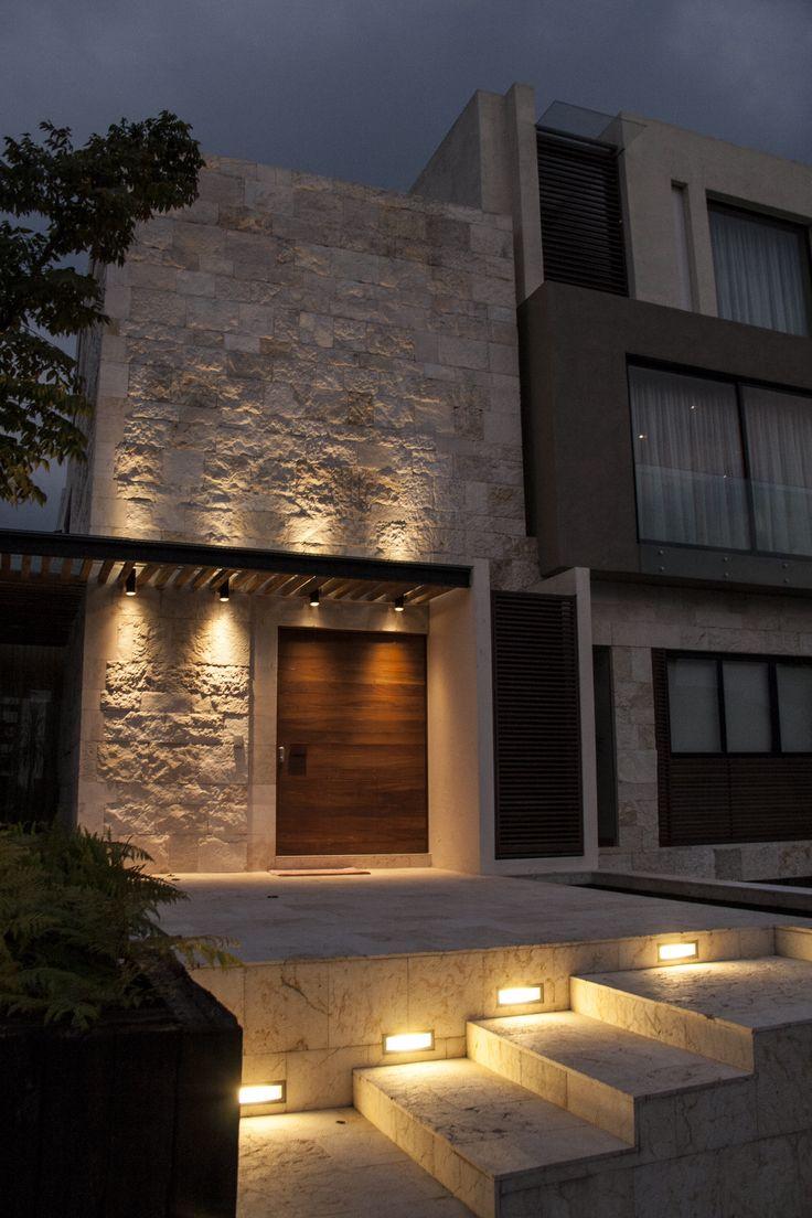 Casa SS. Fachada / Muros de piedra / Iluminación / Plaza de acceso / Nocturna. Código Z Arquitectos.