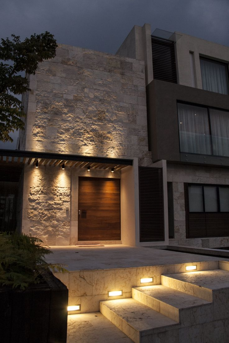 Casa ss fachada muros de piedra iluminaci n plaza - Piedra fachada exterior ...