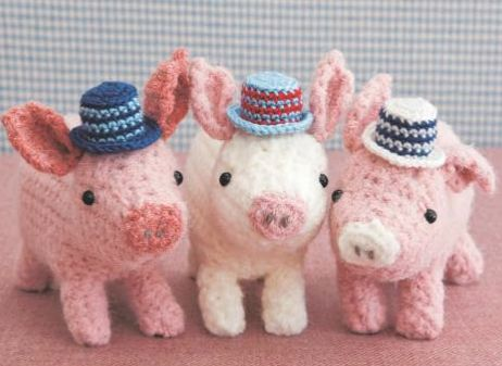 Pigs are trending! Three little pigs #crochet pattern from Cute Crochet Critters book by Maki Oomaci