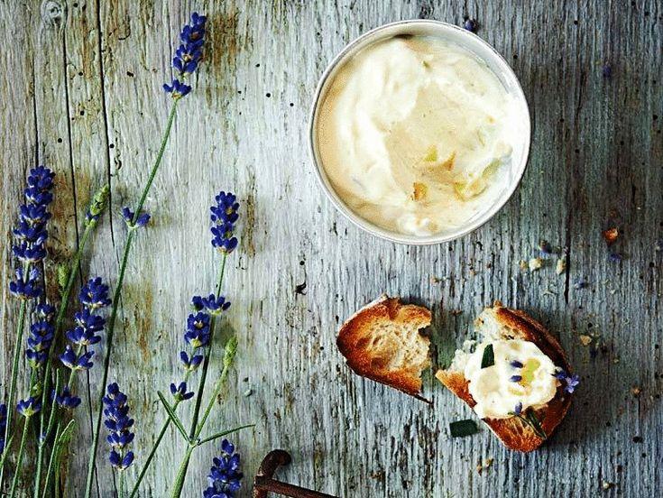Экология потребления:Приготовить сыр  дома не составит труда. Немного времени, простые ингредиенты и  у Вас готов сыр с  нежной консистенцией, приятным сливочным вкусом и без вредных консервантов.И еще: чем выше жирность используемого  молока, тем больше сыра у Вас получится