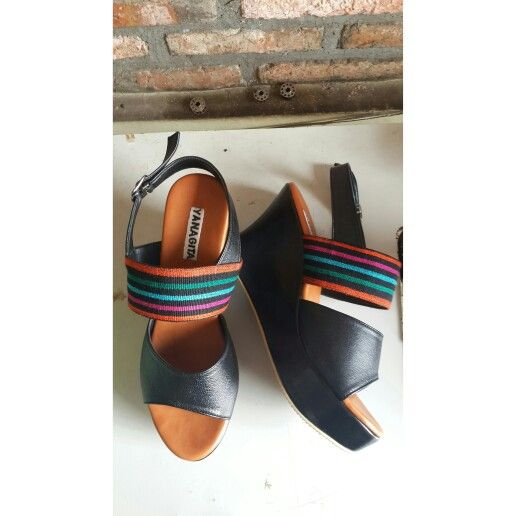 Chadni wedges in black leather with tenun