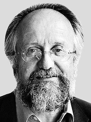 Werner Oechslin ha studiato storia dell'arte, archeologia, filosofia e matematica all'Università di Zurigo e all'Università di Roma. Dal 1985 al 2009, è stato professore di Arte e Architettura presso il Politecnico federale di Zurigo. Nel 1987 è stato visiting professor presso la Harvard University. È membro del consiglio scientifico del Centro Internazionale di Studi di Architettura Andrea Palladio di Vicenza.