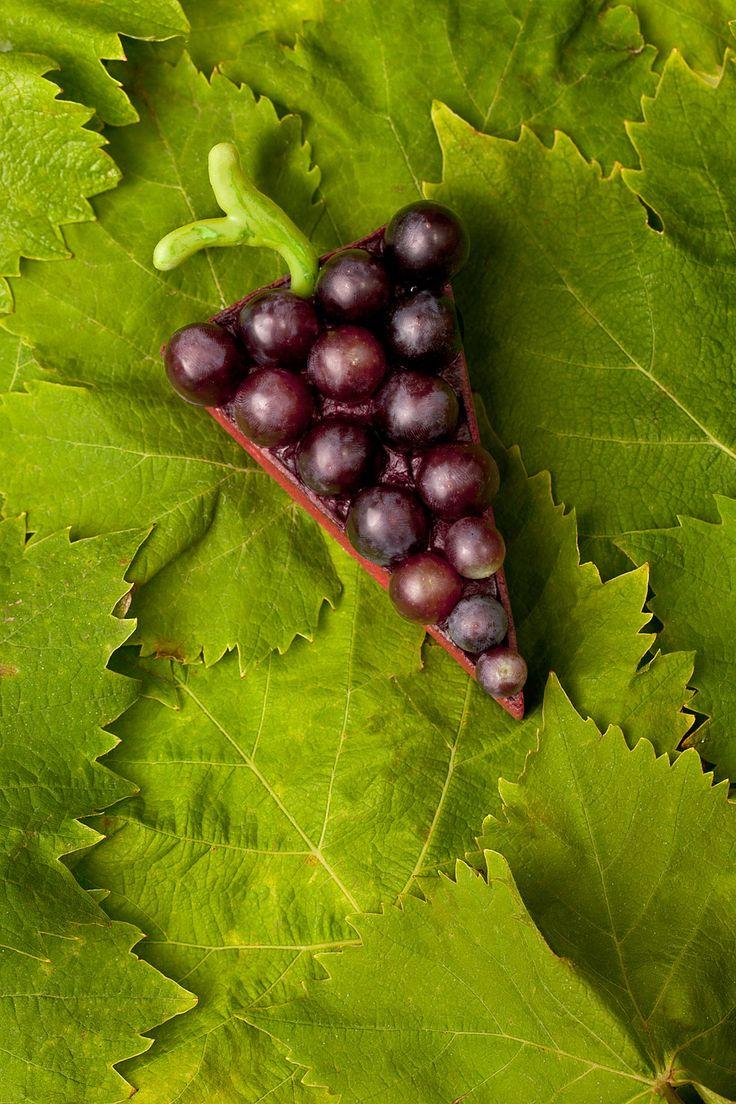 Raisins entiers surplombant un crémeux et une marmelade de fruits, la tarte triangulaire de Hugo & Victor prend la forme d'une grappe ! © Le Goff & Gabarra