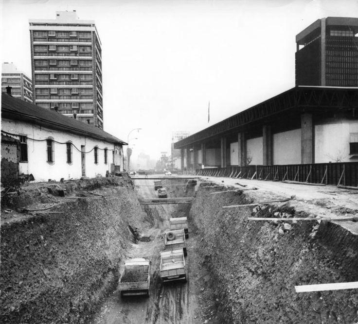 Construcción del Metro de Santiago en la Alameda, 1973. A la derecha, Edificio UNCTAD III, a la izquierda, restos del Hospital San Borja. 14ConstruccionMetro1973enterrenoamosantiago