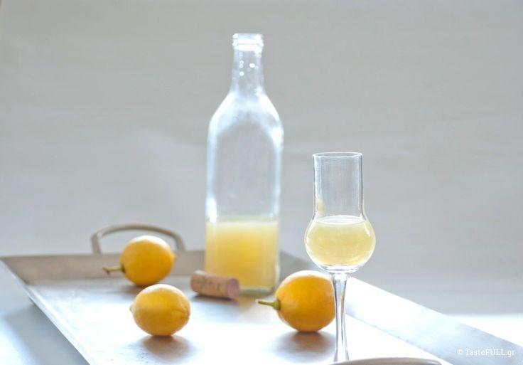 Δύο συνταγές για λιμοντσέλο με καθαρό οινόπνευμα ή βότκα και τσίπουρο, καθώς οι παραλλαγές για να φτιάξετε 9 συνταγές εσπεριδοειδών.