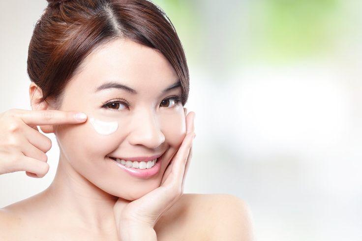"""Creme para olheiras  Procure por produtos que contenham cafeína, vitamina C e retinol: eles ativam a circulação sanguínea e reduzem o inchaço. """"Os cremes para a área dos olhos podem amenizar as olheiras e devem ser aplicados diariamente, até duas vezes ao dia. Os ativos escolhidos vão depender da causa. Também deve-se fazer uma leve massagem local ao aplicar o creme, o que ajuda a estimular a circulação e diminuir o inchaço"""