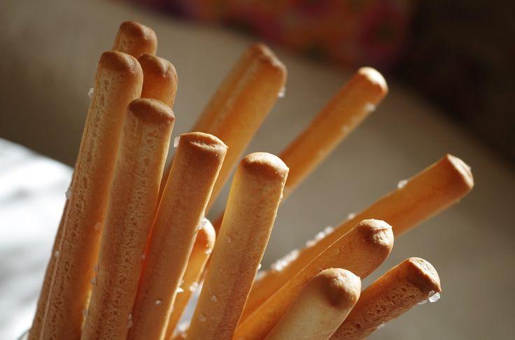Sfiziosi e croccanti, porta in tavola i grissini fatti in casa!  Ingredienti: 250 gr di farina 1 cucchiaino di sale mezzo cucchiaino di zucchero ( fa