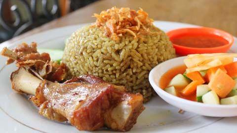 Cara memasak nasi kebuli sebenarnya tidak terlalu rumit. Anda bisa mencoba mempraktekkan Resep Nasi Kebuli khas Arab berikut ini di rumah anda.