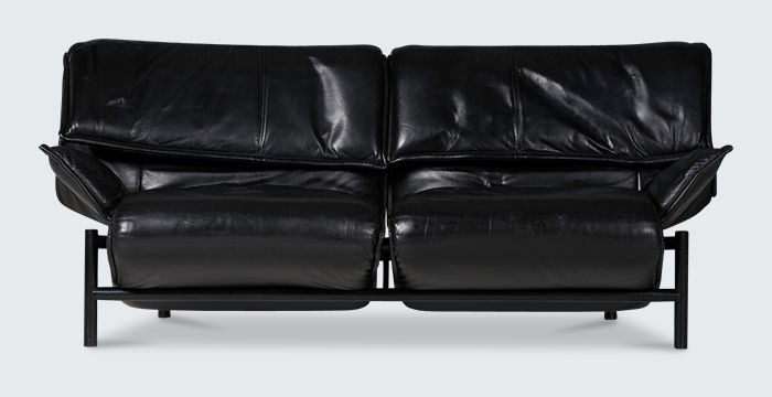 Superb Verandah 2 seater sofa by Vico Magistretti, designed in 1983. A luxurious version in immaculate black leather. A beautiful balance of form and function, this sofa fully unfolds for maximum relaxation!