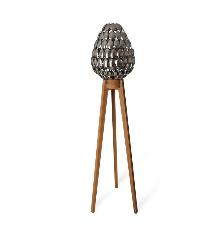 De lepel Lamp werd oorspronkelijk geïnspireerd door gigantische pinecones ontdekt bij een bezoek aan Yosemite National Park, Californië.  De lamp is ontworpen als een boeiend object met of zonder de interne lichtbron. Eenmaal verlicht, verstrooit warme licht van de lamp projecteren ovular gevormde silhouetten op zijn omgeving.  De Lamp bestaat in wezen uit 115 dessert lepels van het roestvrij staal gemonteerd op een delicaat, maar robuuste, stevige eiken statief. Elke lepel precies knippen…