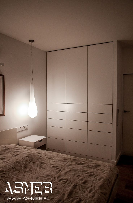 Szafa z szufladami zewnętrznymi z zachowaniem minimalistycznego charakteru dzięki systemowi otwierania tip-on