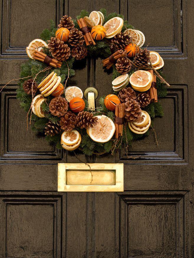 Приближается Новый год, поэтому мы решили собрать для вас самые интересные и, главное, простые идеи для новогоднего декора. (Особенно актуально для всех мастеров, потому что у всех рукодельников горячий сезон :) Итак, идея № 1: засушите цитрусовые. Такие дольки красивы сами по себе. Ими можно дополнить любую новогоднюю композицию. В ход пойдут апельсины, грейпфруты, лимоны... Фрукты нужно порезать на красивые кружочки. Я сушила так: разложила в …