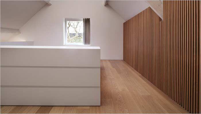 witte slaapkamer met eik parket in halfopen bebouwing