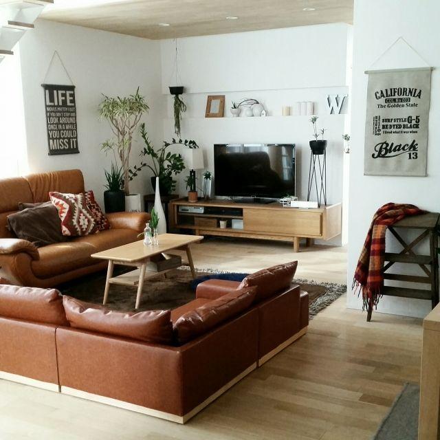 chieさんの、テレビ台,ソファー,ナチュラル,シンプル,無垢材の床,無垢材天井,タペストリー自作,100均,グリーンのある暮らし,観葉植物,無印良品,DIY,ニトリ,IKEA,Overview,のお部屋写真
