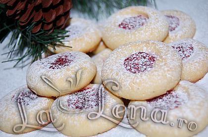 Va servesc cu niste biscuiti deliciosi si va doresc din tot sufletul: Craciun Fericit alaturi de cei dragi! Sa petreceti in liniste, iubire si apreciati aceste clipe frumoase cu familia!