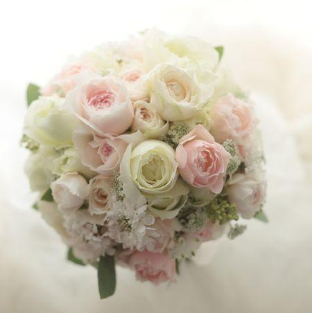 クラッチブーケ 白とピンクのたくさんの花弁 横浜へ : 一会 ウエディングの花