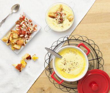 Fänkål, saffran och skaldjur är smaker som passar perfekt ihop. Den här soppan fungerar lika bra som lyxig förrätt som till en delikat lunch. Servera soppan med krutonger eller ett gott bröd.
