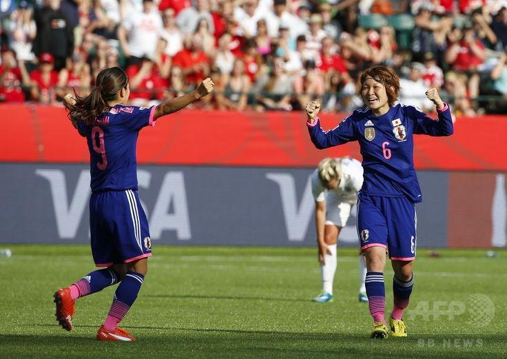女子サッカーW杯カナダ大会・準決勝、日本対イングランド。イングランドのオウンゴールに歓喜する川澄奈穂美と阪口夢穂(2015年7月1日撮影)。(c)AFP/Getty Images/Todd Korol ▼2Jul2015AFP なでしこジャパンが米国との決勝に進出、W杯連覇に王手 http://www.afpbb.com/articles/-/3053365 #2015_FIFA_Womens_World_Cup #Semifinal_Japan_vs_England